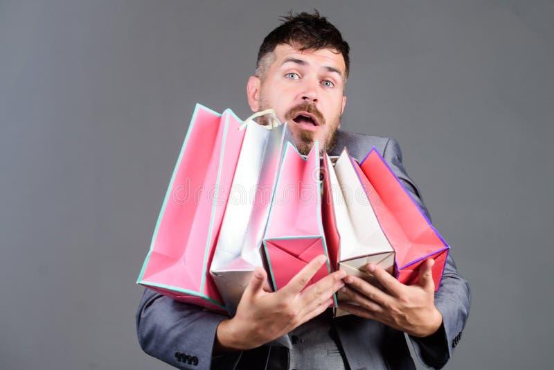 Kunt u dat veronderstellen Vertellende vriend over verkoop Gebaarde mens in formeel kostuum modieuze esthete met het winkelen zak royalty-vrije stock afbeelding