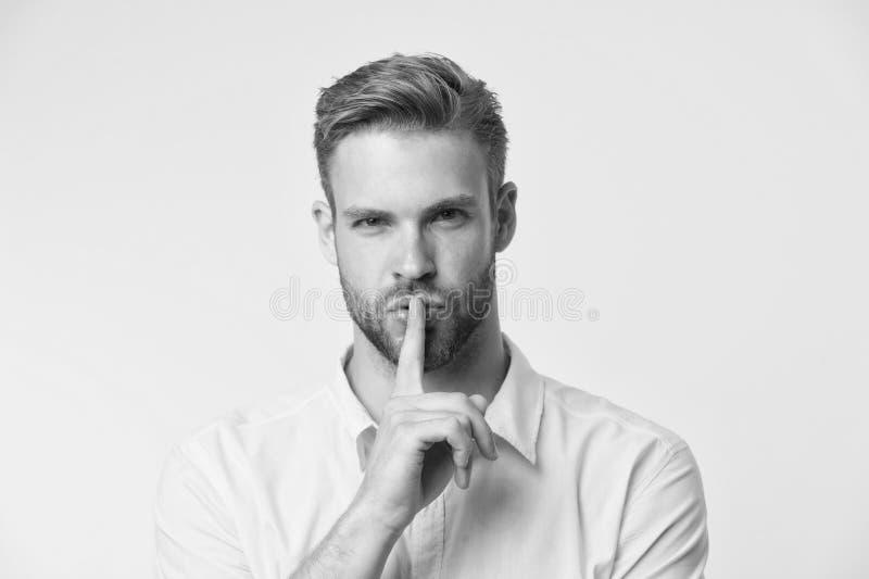 Kunt u geheim houden De knappe mens houdt wijsvinger door zijn lippen Stil ben Geheim verhaalconcept Kerel zeker gezicht stock foto