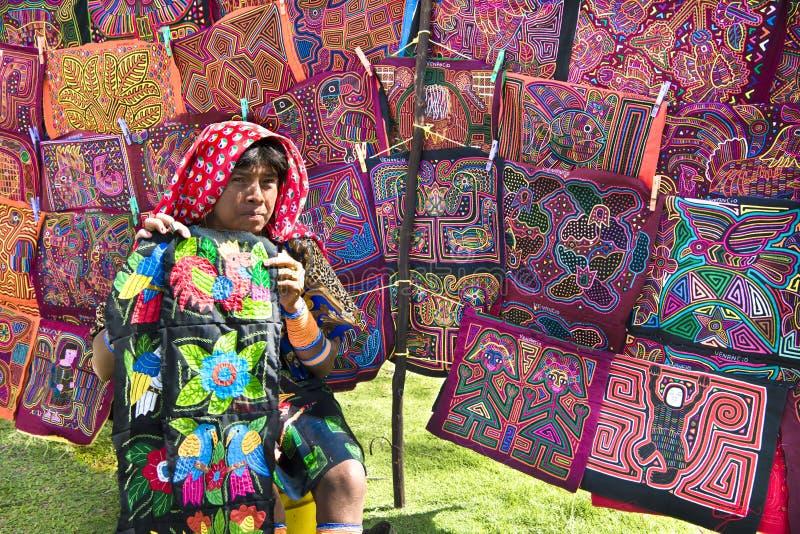 Kuny kobieta, Panama z tradycyjnej sztuki pracami - Molas, fotografia stock