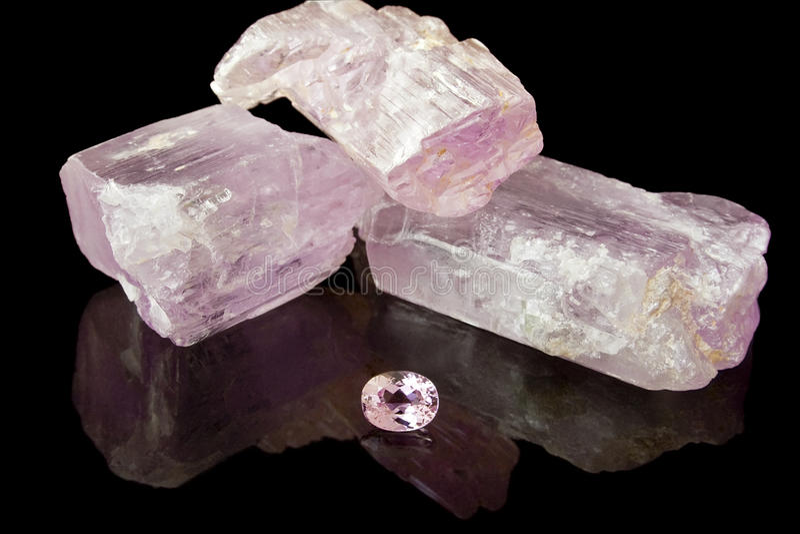 Kunzite cor-de-rosa áspero e gema imagens de stock royalty free