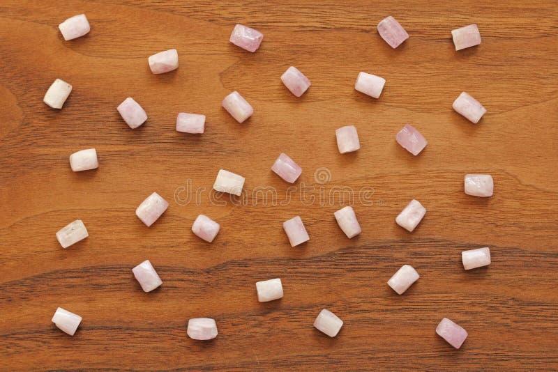 Kunzite jest naturalnym menchii kamieniem dla tworzyć biżuterię na naturalnym drewnianym tle Naturalni kryształy menchie i bzów k zdjęcie royalty free