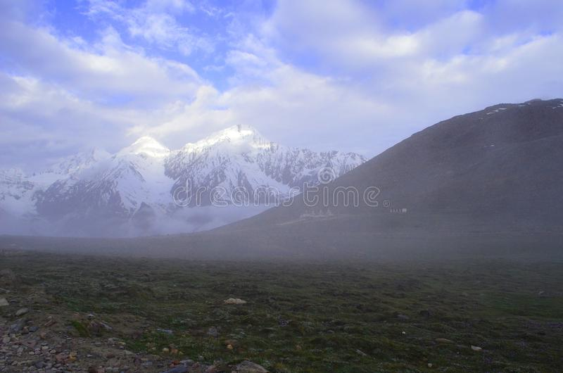 Kunzum passerande mellan Lahaul & Spiti dalar royaltyfri bild