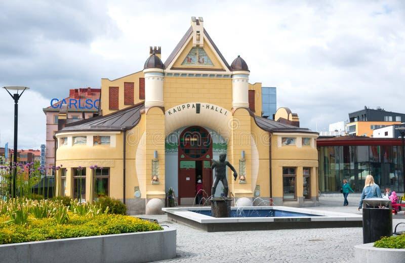 Kuopio, βόρειο Savonia, Φινλανδία: Το Kuopio Δημαρχείο Kauppa Halli είναι κεντρικό κτίριο στο τετράγωνο στοκ εικόνες