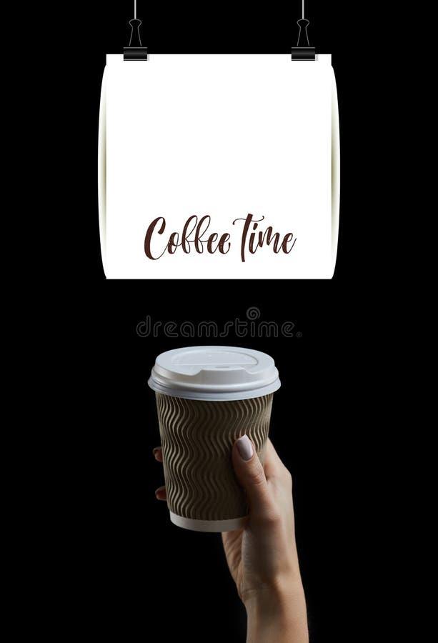 Kup kobiecej dłoni trzymającej filiżankę kawy na ciemnym tle obraz royalty free