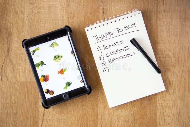 Kup warzywny koncept online zdjęcia stock