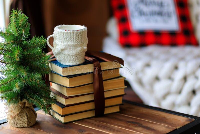Kupa świąteczna herbaty i roczniki na drewnianym stole w pięknym zimowym bokeh tle z kopią - Obraz zdjęcie stock