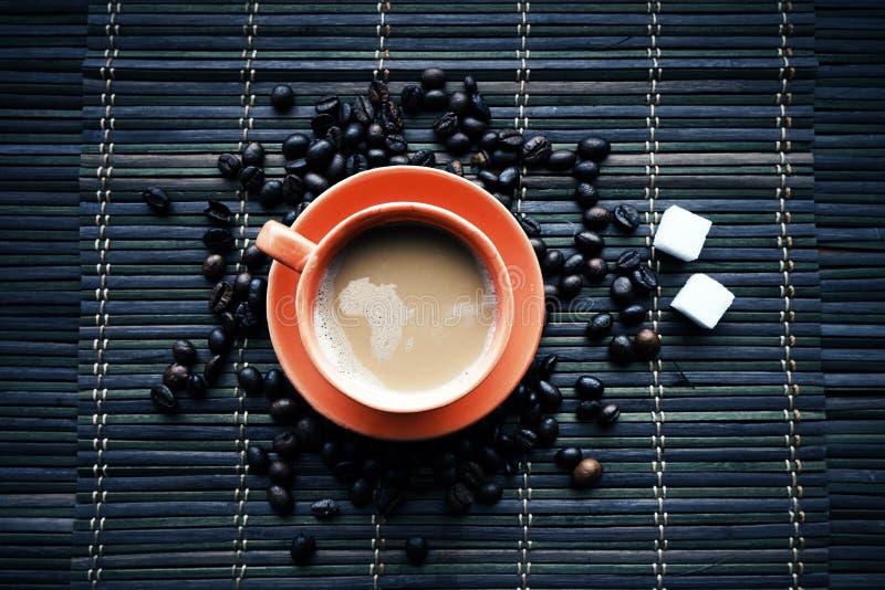 Kupa av Coffe med kaffebönor fotografering för bildbyråer