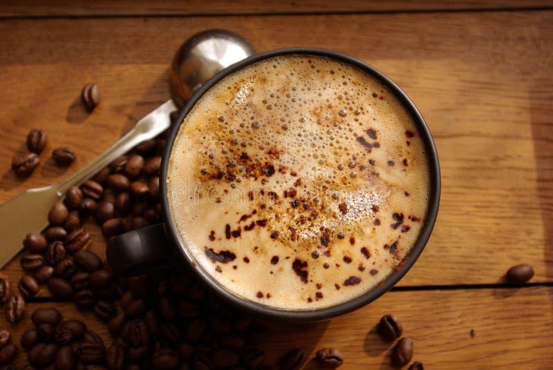 Kupa av kaffe och kaffebönor fotografering för bildbyråer