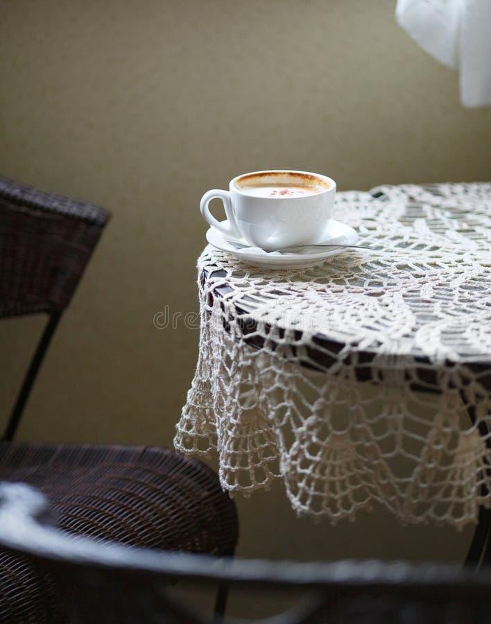 Kupa av kaffe på bordlägga i cafe royaltyfria bilder