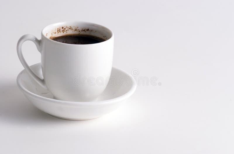Kupa av kaffe på vit pläterar arkivbilder