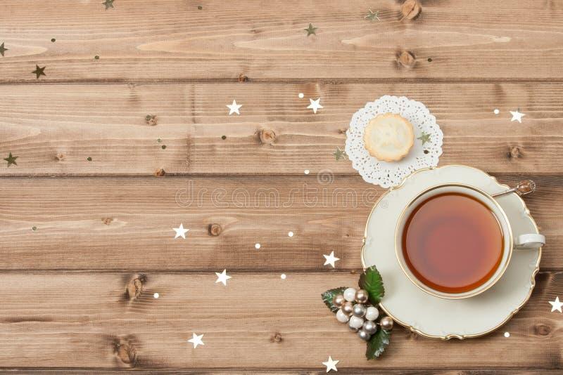Kupa av Tea festlig mat Glänsande stjärnor Trä royaltyfria foton