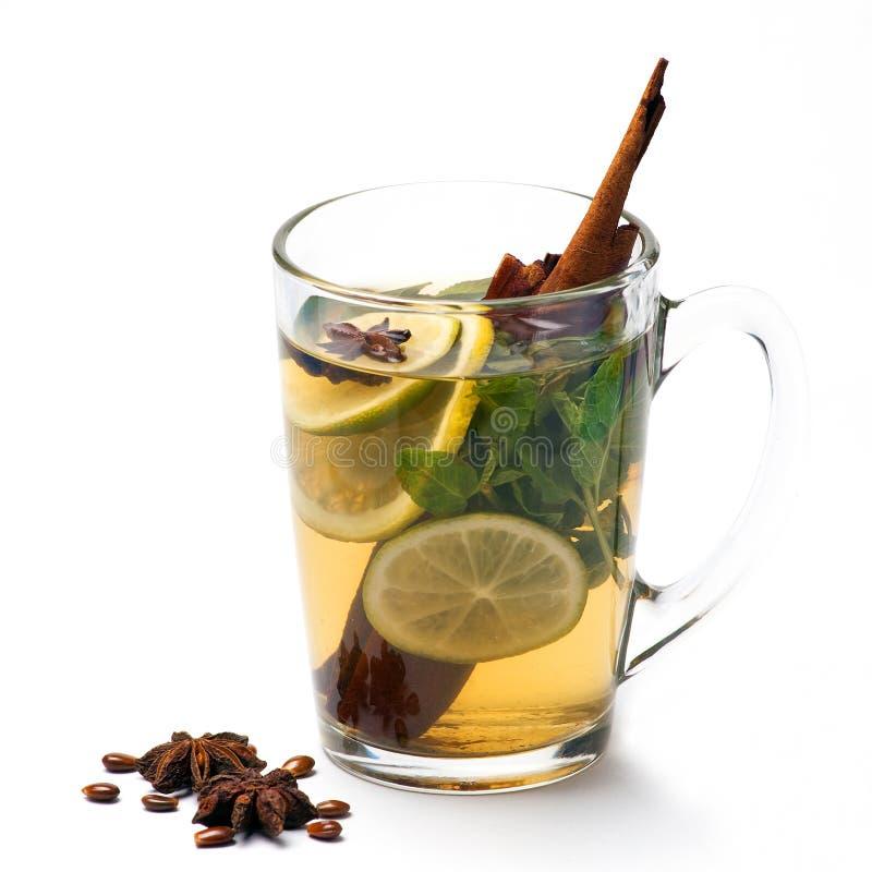 Kupa av tea med citronen, anisestjärnan och kanel arkivfoto