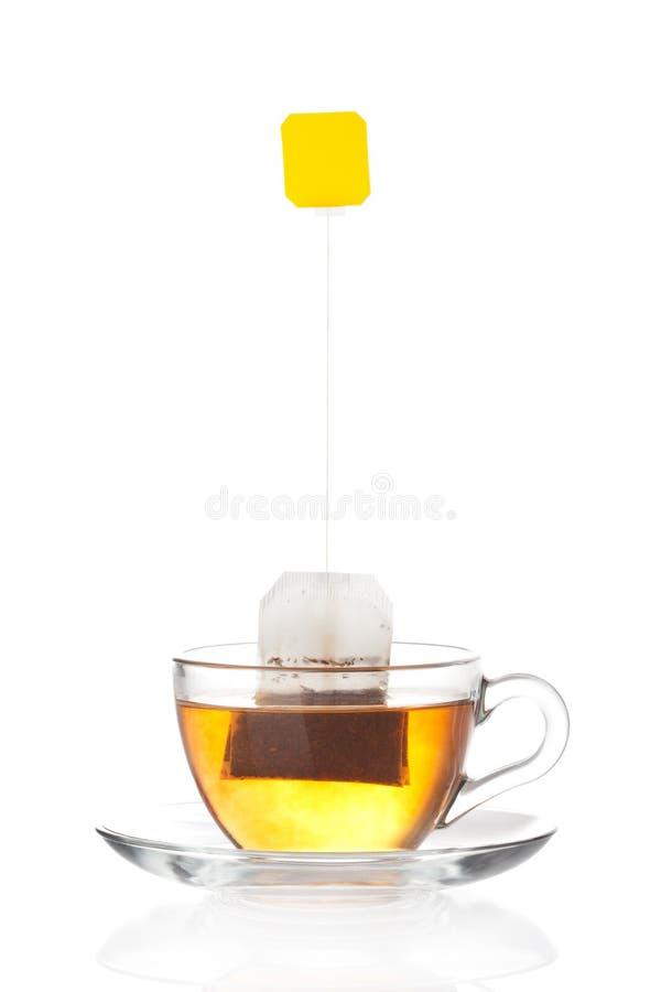 Kupa av tea med hänger lös (förbigå etiketten), insida royaltyfria bilder