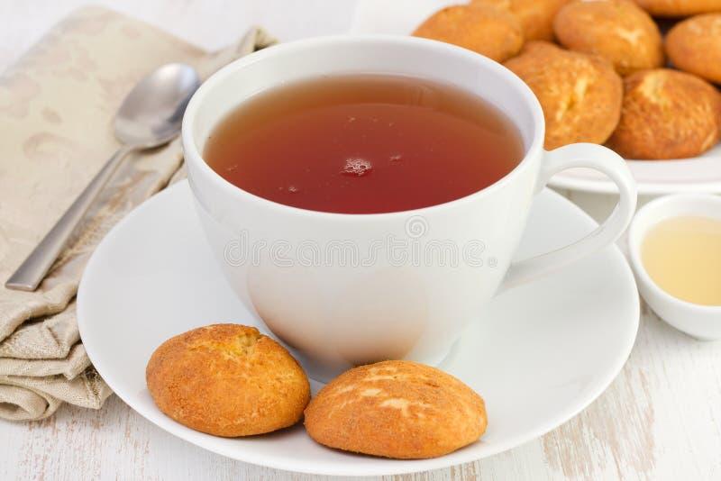 Kupa av tea med kanelbruna kakor arkivfoton