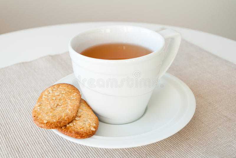 Kupa av tea med sädes- kexar royaltyfria foton