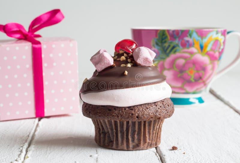 Kupa bakgrund för kakafödelsedagberöm - chokladmuffinintelligens fotografering för bildbyråer