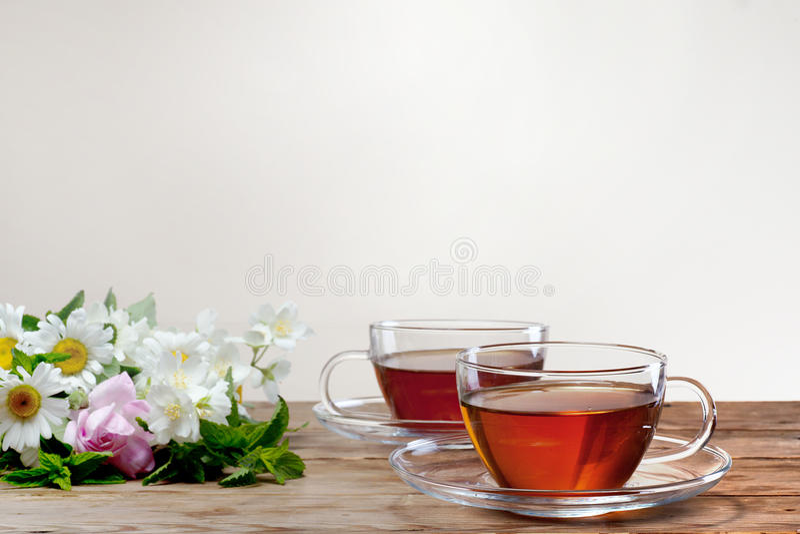 Kupa med grön tea och nya örtar arkivbilder