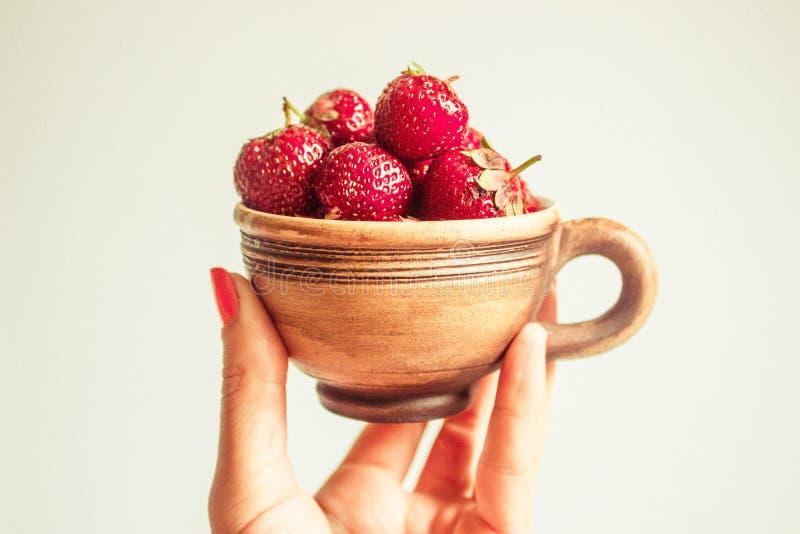 Kupa med jordgubbar arkivfoto