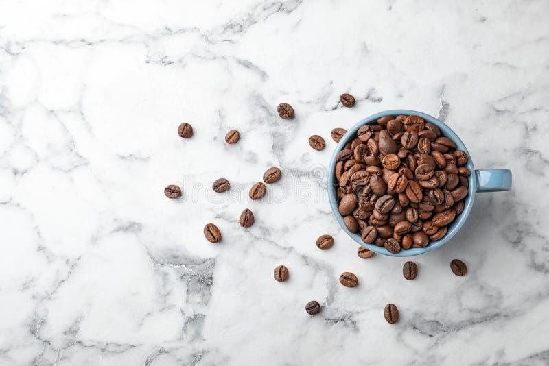 Kupa med kaffebönor royaltyfri fotografi