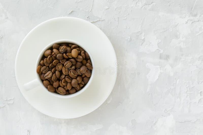 Kupa med kaffebönor arkivfoto