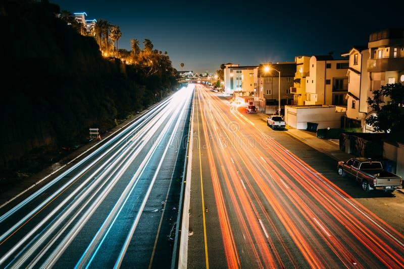 Kupczy na wybrzeże pacyfiku autostradzie przy nocą, w Snata Monica obraz stock