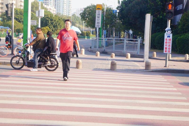 Kupczy skrzyżowanie ustalone kreskówki i humorystycznego języka namawiać pedestrians no biegać czerwonego światła fotografia royalty free