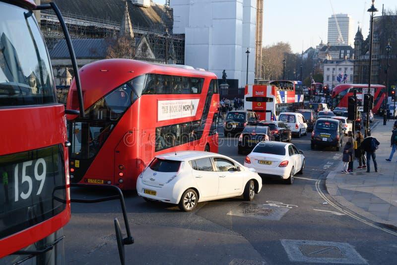 Kupczy w Londyn z klasycznymi Londyńskimi czerwonymi dwoistego decker autobusami i samochodami przy godzina szczytu obrazy stock