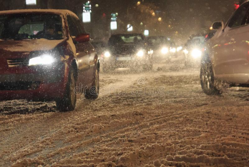 Kupczy w miasto samochodów złej pogodzie nocą śnieg miecielicie i zdjęcia stock