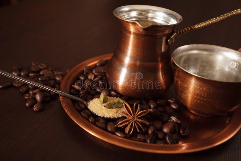 Kupfer Stellte Für Die Herstellung Des Türkischen Kaffees Mit Gewürzen Ein Lizenzfreies Stockfoto