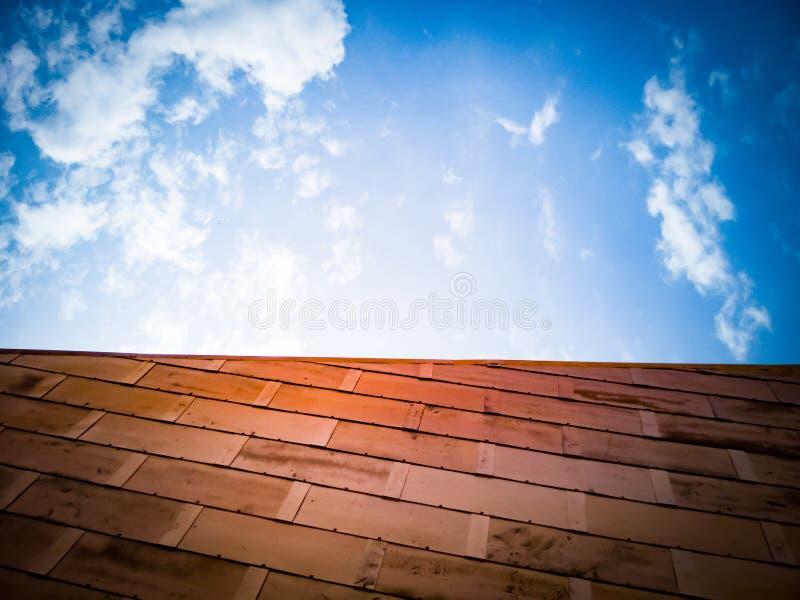 Kupferblechwand und blauer Himmel stockfotografie