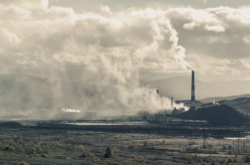 Kupferne Bergbauanlage und Dumps Russland Karabash Apokalyptischer Überlebender des Postens in der Gasmaske stockfoto