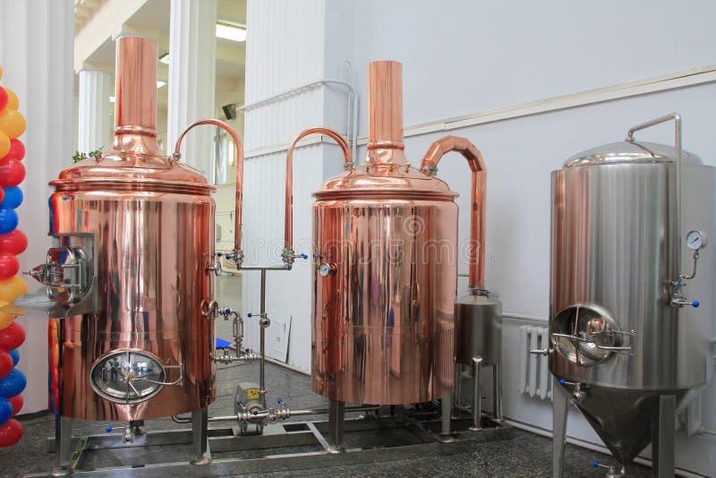 Kupferne Bottiche für das Brauen an der Brauerei lizenzfreie stockfotos