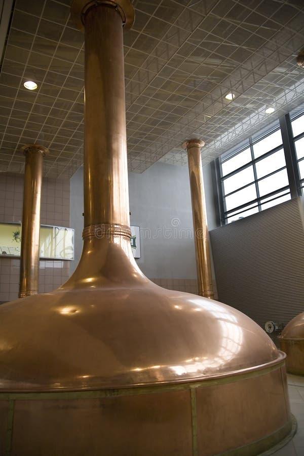 Kupferne Gefäße in der Brauerei stockfoto