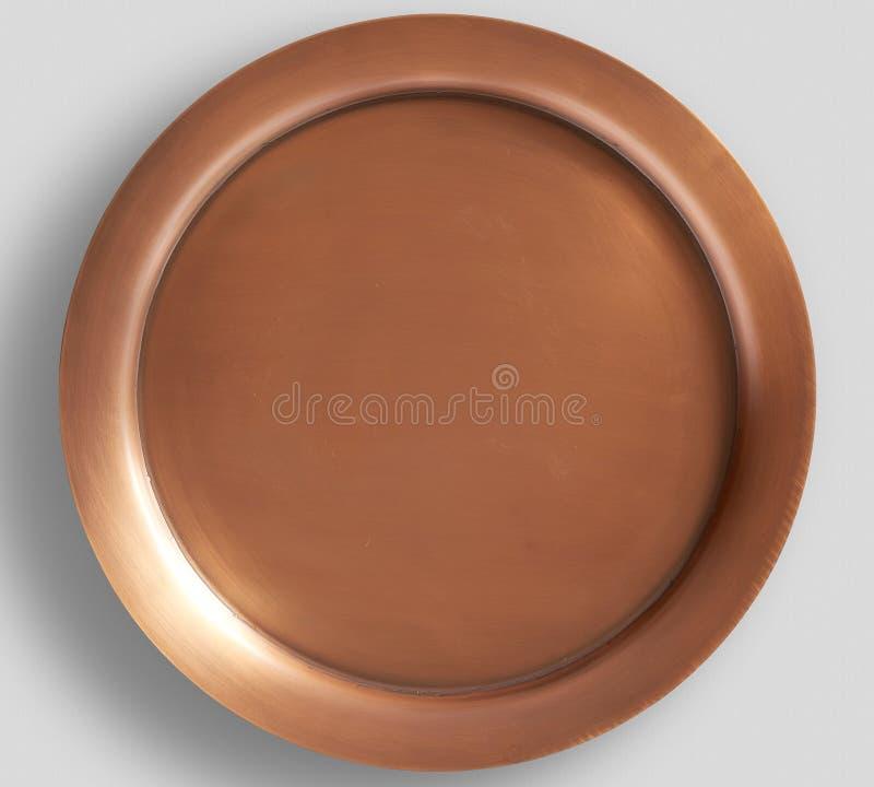 Kupferne gehämmerte Platte mit weißem Hintergrund stockfotos