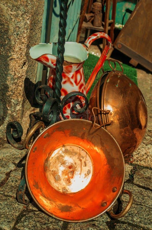 Kupferne Wannen und Schmiedeeisengegenstände lizenzfreie stockfotografie