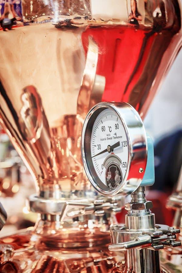 Kupferner Destillierkolben für die Herstellung des Alkohols lizenzfreie stockfotos