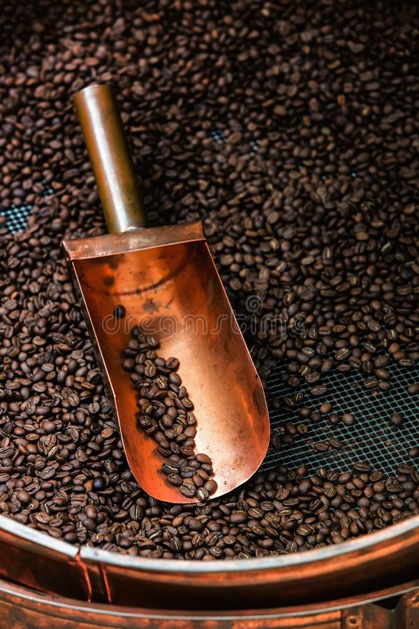 Download Kupferner Löffel In Den Kaffeebohnen Stockfoto - Bild von frühstück, kaffee: 26353210