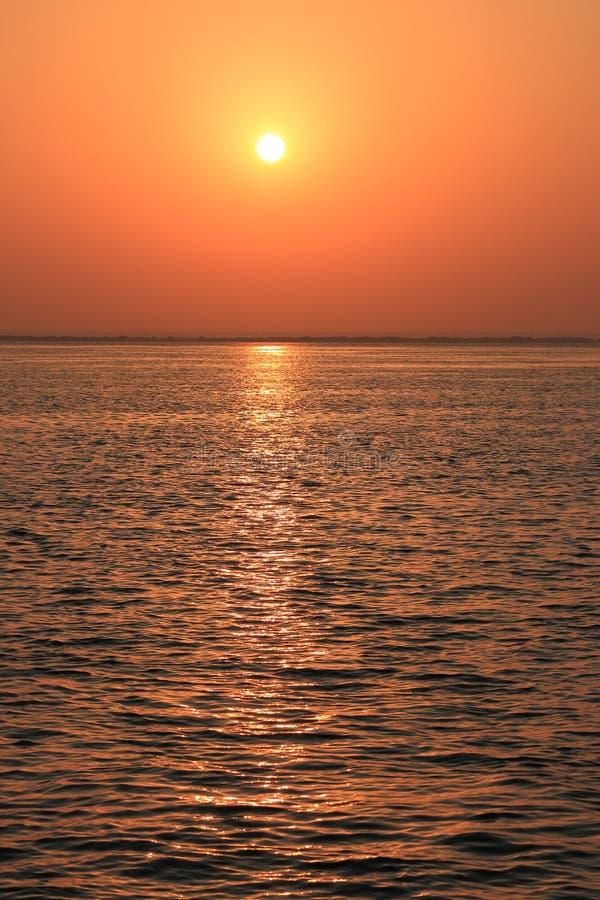 Kupferner Sonnenaufgang lizenzfreie stockfotos