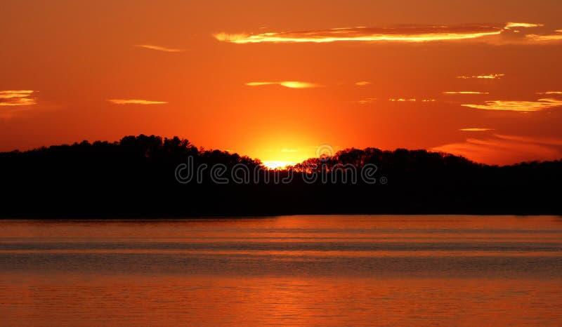 Kupferner Ton und goldene Georgia Sunset auf See Lanier lizenzfreies stockfoto
