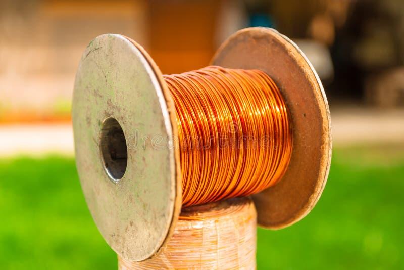 Kupferner Weinlesedraht auf einer Spule, auf eine andere Metallspule - nah oben lizenzfreie stockfotografie