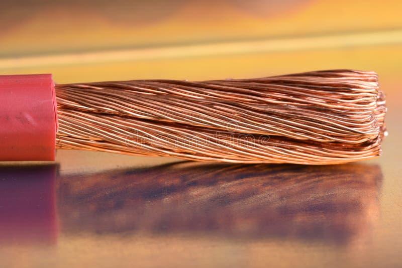 Kupfernes Kabel auf metallischer Tabelle mit unscharfem Hintergrund lizenzfreie stockbilder