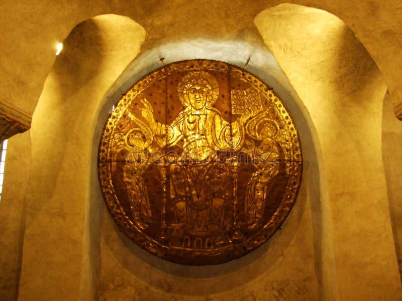 Kupferplatte mit goldenem Porträt von St. Pelagius von Constance in der Krypta, Konstanz stockfotos