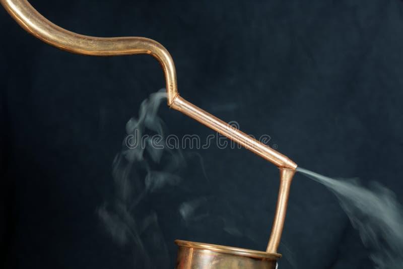 Kupferrohre mit Dampf lizenzfreie stockfotografie
