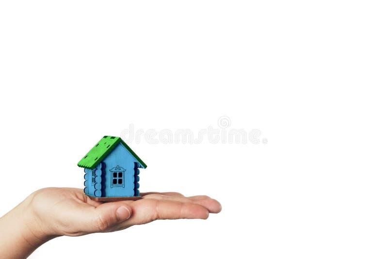 Kupienia i sprzedawania nieruchomość Domowy klucz z hipotecznym pożyczkowym zastosowaniem Miniaturowy mały dom na palmie ręka na  zdjęcia stock