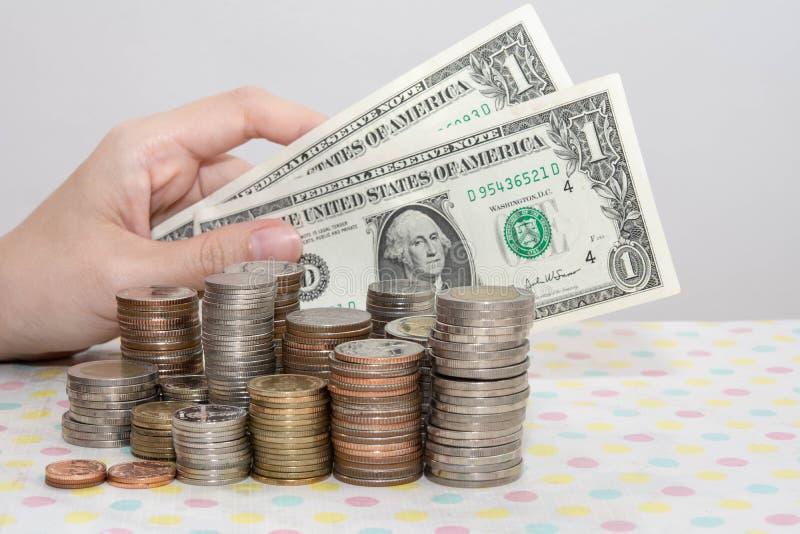 Kupno banknotów na białych, pieniądzach, finansach, firmach fotografia royalty free