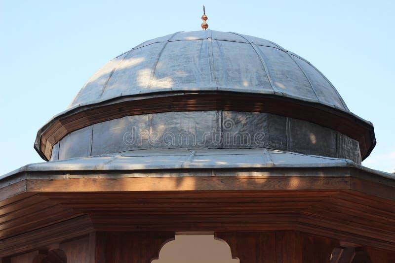 Kupol av den historiska ottomanmoskéspringbrunnen som göras av ledning och trämaterial royaltyfria bilder