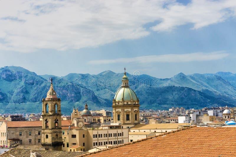 Kupol av helgonet Catherine Church med berg i Palermo, Italien royaltyfri bild