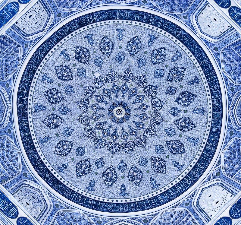 Kupol av moskén, orientaliska prydnadar, Samarkand royaltyfri foto
