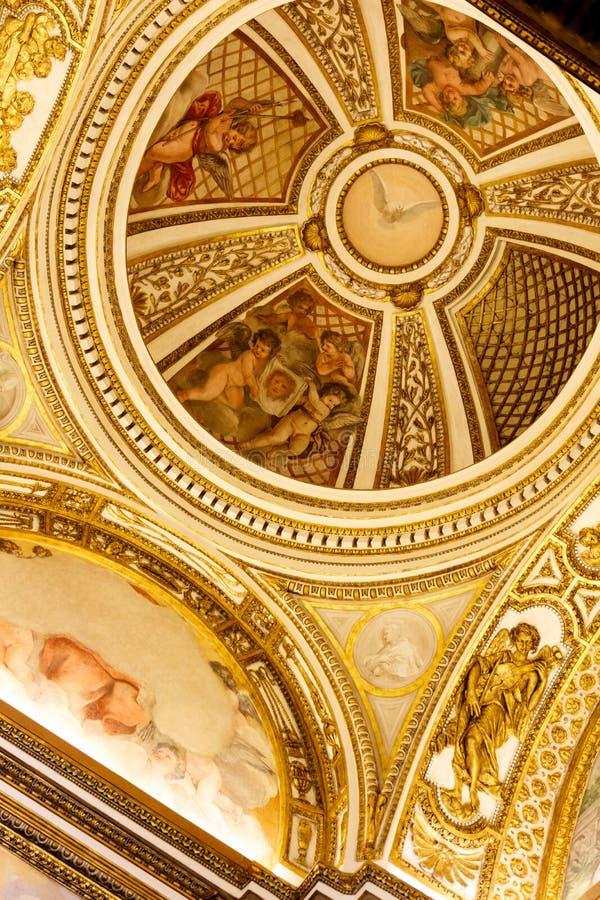 Kupol med duvan av fred i guld- kulört tak arkivbilder
