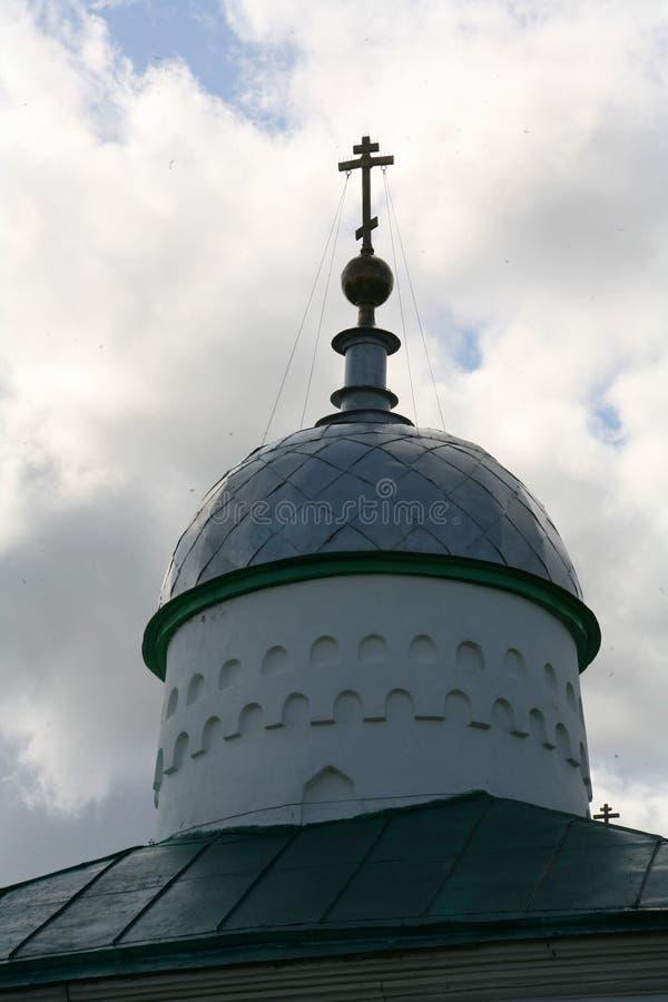 Kupol med en arg gammal ortodox kyrka St Nicholas Cathedral, Izborsk, Ryssland royaltyfri foto